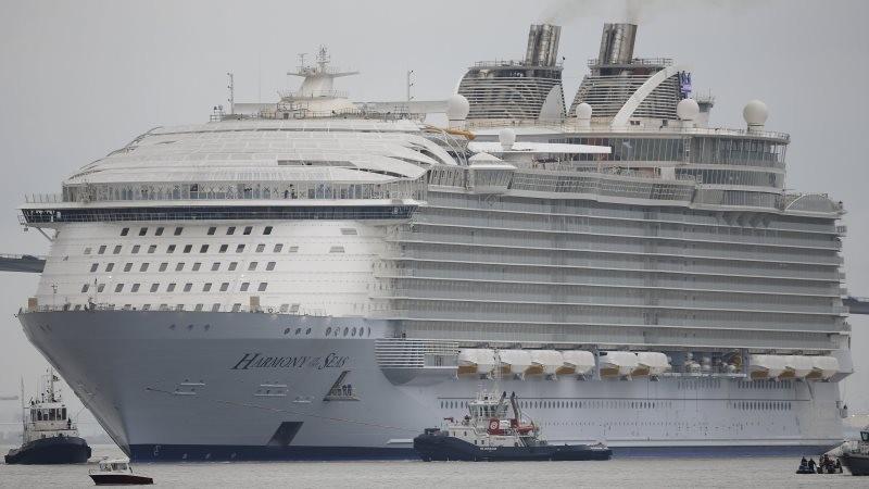 Во Франции испытывают крупнейший в мире круизный лайнер, размером с 20-ти этажный дом
